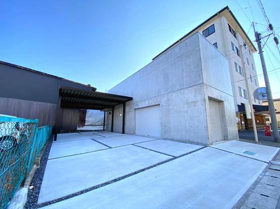 松本市 RC造住宅に合わせたモダンカースペース